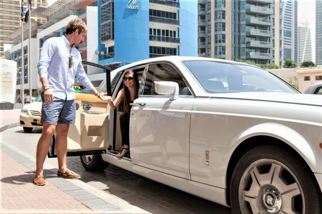 Luxury pick-up for an anniversary yacht surprise celebration